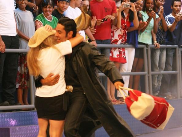 André sai da casa e abraça a mulher